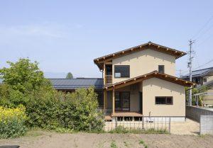 写真:庭を囲む二世帯の家