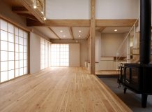 写真:自分の山の唐松の家